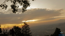 भक्तपुरको चाँगुनारायणबाट देखिएको सूर्यास्तको दृश्य
